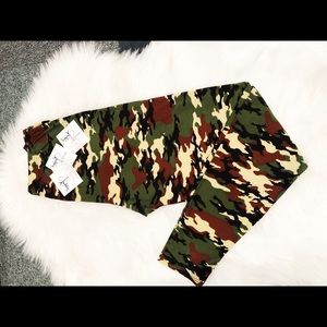 PLUS (CURVY) CAMO SOFT LEGGINGS